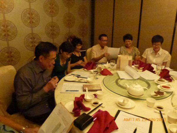 2012_06_23-annual-dinner-committee-meeting-food-tasting-015